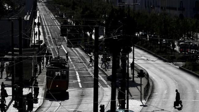 Kereta tiba di stasiun Cais do Sodre di pusat kota Lisbon, Portugal. (REUTERS/Rafael Marchante)