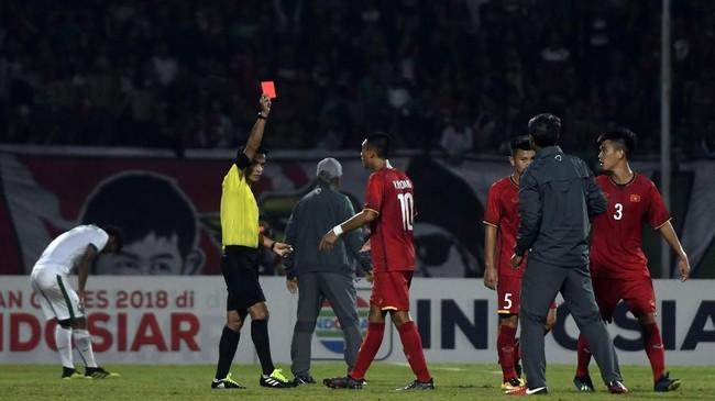 Wasit memberikan kartu merahgelandang Vietnam U-16 Vo Nguyen Hoang (tengah). Garuda Asia menang 4-2 pada laga tersebut.ANTARA FOTO/Zabur Karuru/foc/18.