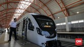 Petugas mengoperasikan kereta api ringan atau Light Rail Transit (LRT) di Stasiun LRT DJKA, Palembang, Sumatera Selatan. Kementerian Perhubungan akan menyiapkan anggaran subsidi sampai dengan Rp300 miliar per tahun.