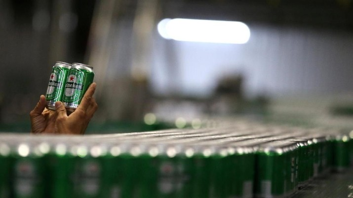 FILE PHOTO: An employee checks Heineken beers at the Heineken brewery in Jacarei, Brazil June 12, 2018. Picture taken June 12, 2018.  REUTERS/Paulo Whitaker/File Photo