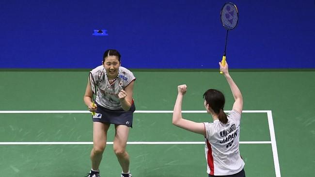 Lolosnya Mayu Matsumoto/Wakana Nagahara membuat Jepang memastikan satu medali emas dari sektor ganda putri. Karena di pertandingan final nanti, Matsumoto/Nagahara akan berhadapan dengan pasangan Jepang lainnya, Yuki Fukushima/Sayaka Hirota. (AFP PHOTO / Johannes EISELE)
