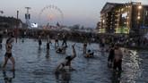 Selain terkenal karena jumlah pengunjung, acara ini juga populer sebagai festival terkotor di dunia. (REUTERS/Kacper Pempel)