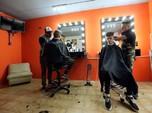 Tidak Miliki Tangan, Pria Ini Sukses Jadi Tukang Cukur Rambut