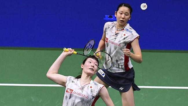Di gim kedua pertandingan berjalan lebih sengit. Greysia/Apriyani bisa meraih lima poin beruntun, sedangkan Matsumoto/Nagahara hanya empat poin beruntun. Tetapi pasangan Jepang itu lebih beruntung dan bisa menutup gim kedua dengan kemenangan 23-21. (AFP PHOTO / Johannes EISELE)