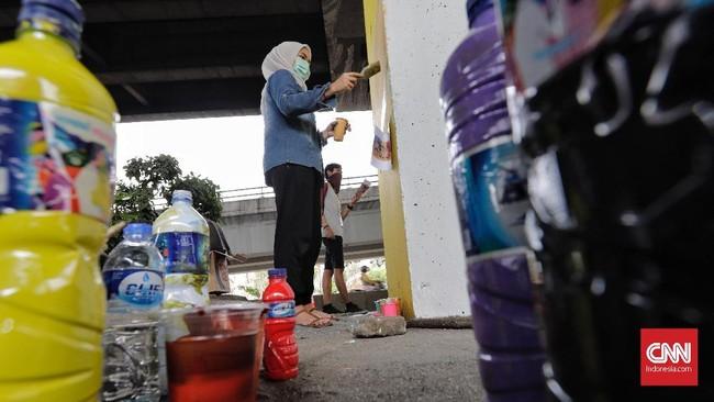 Kurator seni rupa Bambang Asrini Widjarko, selaku salah satu juri, mengatakan kompetisi mural ini merupakan pertemuan para seniman mural terbesar dan terbanyak di Asia Tenggara. (CNN Indonesia/Adhi Wicaksono)
