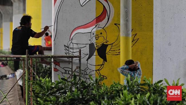 Peserta mengikuti kompetisi mural di tiang tol kawasan Rawamangun, Jakarta, Sabtu (4/8). Kompetisi tersebut digelar dalam rangka menyambut ajang Asian Games 2018 yang akan berlangsung di Jakarta dan Palembang. (CNN Indonesia/Adhi Wicaksono)