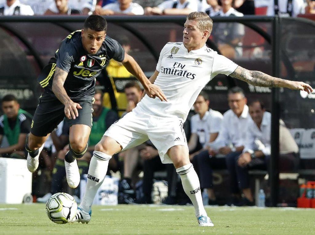 Juventus menebus Joao Cancelo (kiri) dari Valencia dengan biaya 40,4 juta euro. Studi menaksir nilai pasarnya cuma 22,7 juta euro. (Foto: Geoff Burke-USA TODAY Sports/REUTERS)