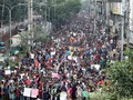 FOTO: Bus Tabrak Lari Remaja, Mahasiswa Bangladesh Murka