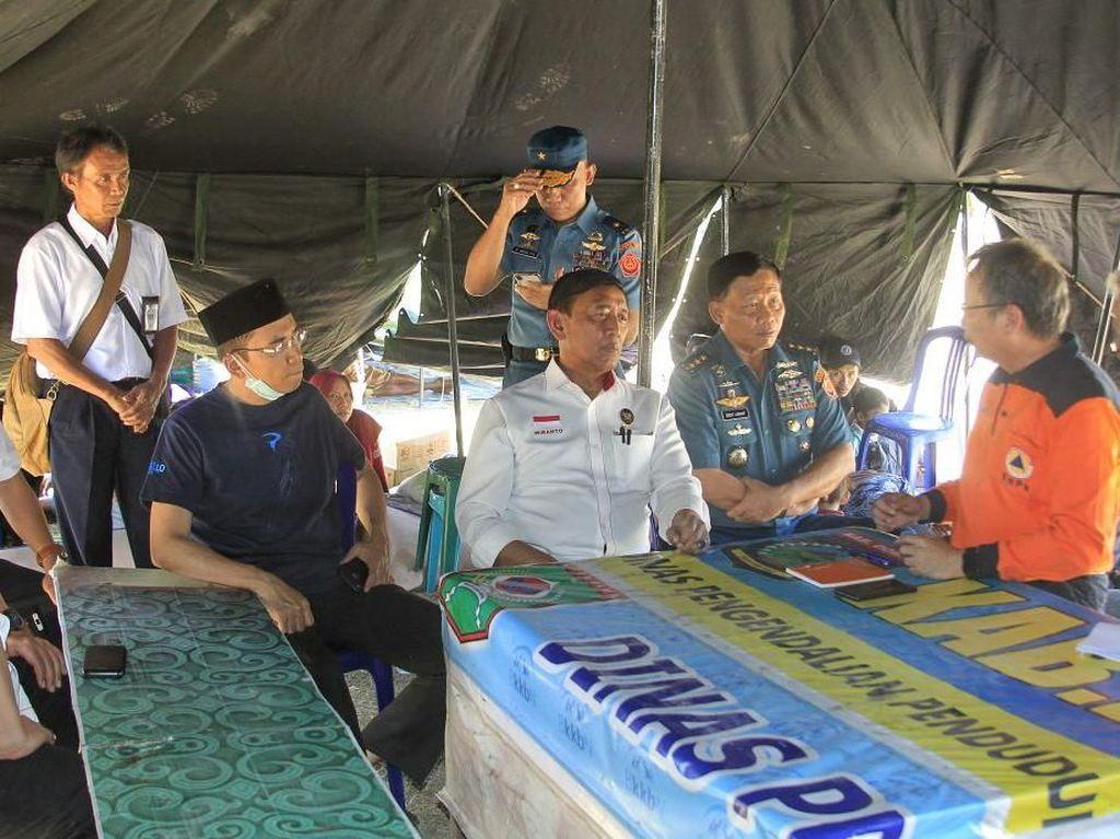 Menkopolhukam Wiranto bersama Gubenur NTB Tuan Guru Bajang mengunjungi kantor Bupati Tanjung untuk mengecek kesiapan penanganan gempa, Senin (6/8/2018). (Foto: dok. Humas Kemenko Polhukam)
