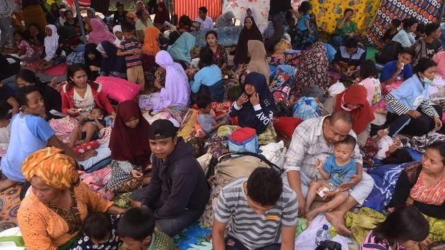 Warga Mataram Borong Mi Instans untuk Stok di Penampungan