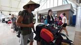 Bandara internasional Lombok tetap beroperasi pascagempa 7 SRMinggu (5/8). Para turis, baik domestik maupun asing, punmemadati bandara demi mengejar penerbangan ke luar Lombok, Senin (6/8).(AFP PHOTO / Adek BERRY)