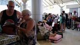 Kepanikan turis meninggalkan Lombok, pada saat masa tinggal mereka yang belum jatuh tempo, disebabkan beberapa alasan di antaranya trauma dan khawatir atas gempa susulan (REUTERS/Beawiharta)