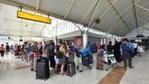 PT Angkasa Pura I sebagai pengelola bandara internasional Lombok menyatakan setelah gempa yang mengguncang Lombok, Minggu (5/8) malam tak ada penundaan atau pembatalan penerbangan. (AFP/Adek Berry)