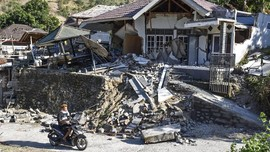 FOTO: Menyelamatkan yang Tersisa Pascagempa Lombok, NTB