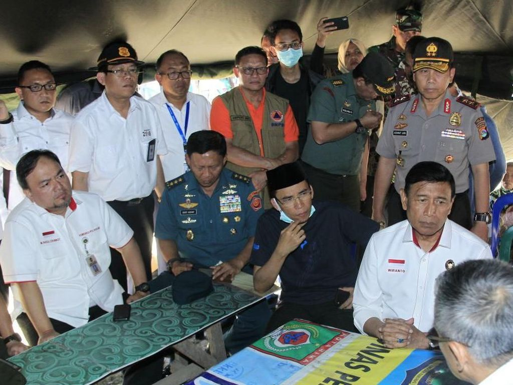 Dalam kunjungan itu, Menkopolhukam Wiranto bersama Gubenur NTB Tuan Guru Bajang mengecek kesiapan petugas dalam penangan pasagempa. (Foto: dok. Humas Kemenko Polhukam)
