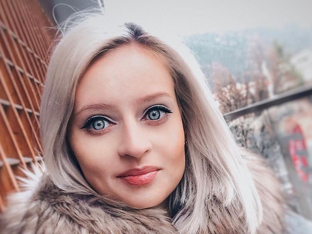 Terpikat Cantiknya Julia, Wanita yang Disebut Barbie Hidup Tanpa Oplas