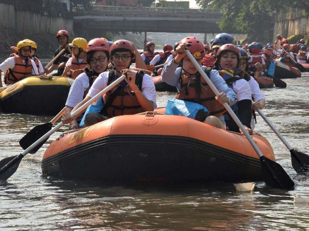 Puluhan delegasi ASEAN dari 10 nNegara menyusuri Sungai Ciliwung. Pool/PALYJA.