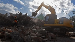 Bunyi Batuk dan Sandal Berdebu di Reruntuhan Masjid Pemenang