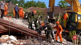 VIDEO: Evakuasi Korban Gempa di Reruntuhan Masjid Lombok