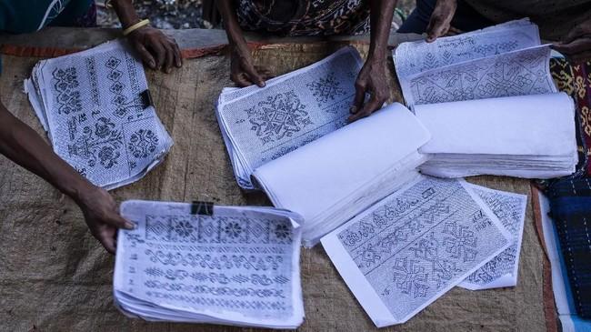 Pasar ini menjual kain tenun ikat hasil kerajinan tangan yang dibuat dengan mesin tenun tradisional.(ANTARA FOTO/Aprillio Akbar)