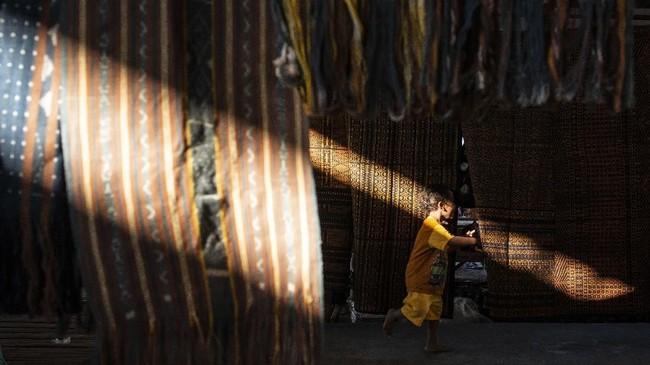 Pasar Alok tak hanya menjual berbagai kebutuhan pokok bagi warga Maumere, Sikka, NTT. Pasar ini juga menjual kain tenun ikat.(ANTARA FOTO/Aprillio Akbar)