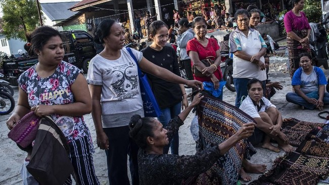 Pasar Alok selain sebagai sarana transaksi jual beli juga menjadi sarana wisata alternatif apabila berkunjung ke Nusa Tenggara Timur.(ANTARA FOTO/Aprillio Akbar)