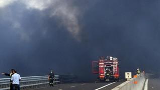 Truk BBM Terbakar di Tol Cawang, 2 Orang Dilaporkan Tewas