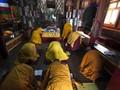 FOTO: Tradisi Biksu di 'Atap' Dunia Hadapi Musim Dingin