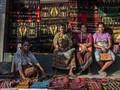 FOTO: 'Menenun' Cerita Kain Tenun Ikat di Pasar Alok