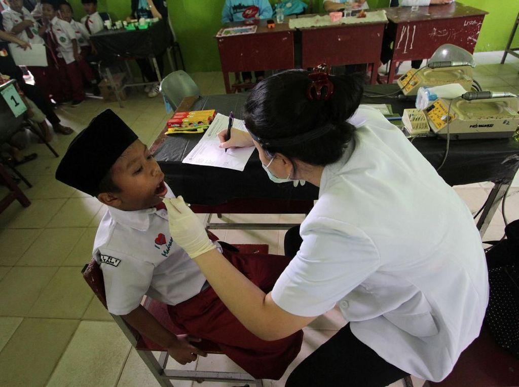 Satu per satu siswa Mts Negeri 1 Batam diperiksa giginya. Istimewa/FKG Trisakti.