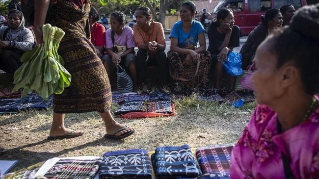 Pembeli yang berkunjung ke pasar tersebut pun datang dari berbagai daerah mulai dari warga lokal, wisatawan domestik hingga mancanegara.(ANTARA FOTO/Aprillio Akbar)