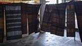 Bagi masyarakat setempat kain tenun ikat biasanya digunakan sebagai pakaian sehari-hari, mas kawin, upacara adat, dan ritual keagamaan.(ANTARA FOTO/Aprillio Akbar)