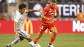 Gelandang RomaLorenzo Pellegrini berduel berebut bola dengan bek Madrid Marcos Llorente. Baik Pellegrini dan Llorente sama-sama menjadi pemain pengganti dalam laga tersebut. (Noah K. Murray-USA TODAY Sports)