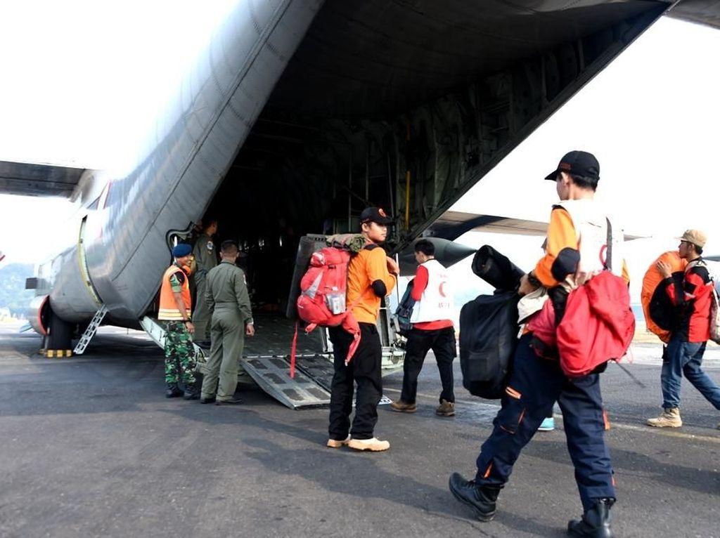 Logistik yang dikirim berupa makanan, obat-obatan, selimut, tenda lapangan dan mobil tangki air serta relawan. Dok. Puspen TNI.