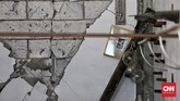 Tembok yang terkelupas dampak dari Gempa 7.0 SR. Bangunan yang rusak tidak terlalu parah di Gili Trawangan. (CNN Indonesia/Andry Novelino)