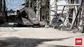 Tanpa wisatawan, Gli Trawangan bak kota mati. Ditambah dengan puing-puing reruntuhan bangunan yang diterjang gempa 7 skala richter.(CNN Indonesia/Andry Novelino)