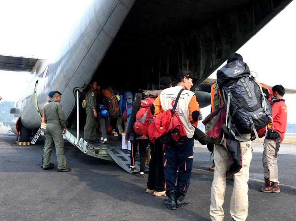 TNI memberangkatkan 5 pesawat TNI AU, yaitu CN. A-2906, A-2903, A-2307 dan Hercules C-130 A-1323, A-1318 menuju Lombok Nusa Tenggara Barat dalam rangka mengangkut bantuan logistik. Dok. Puspen TNI.
