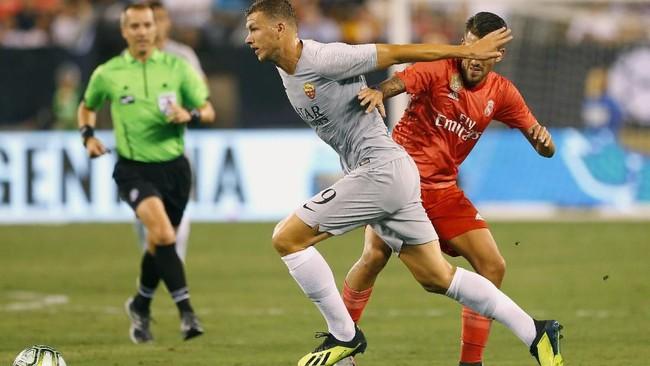 PenyerangEdin Dzeko gagal mencetak gol ke gawang Madrid. Satu-satunya gol balasan Roma dicetak pemain pengganti gelandang Kevin Strootman pada menit ke-83 memanfaatkan umpan Patrik Schick.(Noah K. Murray-USA TODAY Sports)