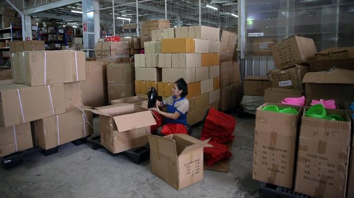 Keputusan pemerintah mengendalikan ratusan impor barang konsumsi bisa dibilang berjudi. Benarkah?
