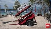 Cidomo (dokar) yang terbengkalai di pantai Giri Trawangan pasca Gempa yang mengguncang pada Minggu (5/8/2018). Warga asing dan lokal di evakuasi keluar pulau Gili Lombok. Rabu, 7 Agustus 2018. CNN Indonesia/Andry Novelino