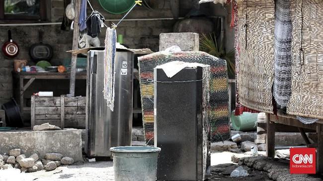 Peralatan rumah tangga seperti kulkas diselamatkan oleh warga keluar rumah saat Gempa. Warga meninggalkan harta benda mereka kini di Giri Trawangan. (CNN Indonesia/Andry Novelino)