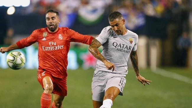 Duel dua pemain bertahan Dani Carvajal dan Aleksandar Kolarov dalam laga Madrid vs Roma.Menariknya, kedua pemain sama-sama ditarik keluar pada menit ke-71. (Noah K. Murray-USA TODAY Sports)