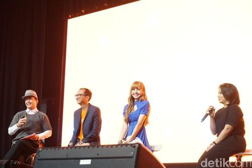 Gaya Pamer Kaki Jenjang Lisa BLACKPINK Pakai Mini Dress di Jakarta