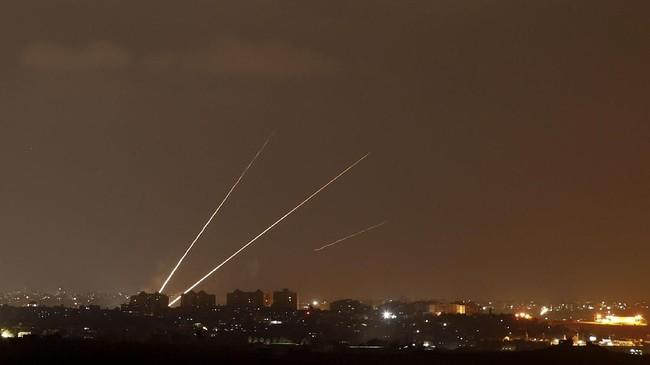 Garis-garis cahaya yang ditinggalkan roket-roket yang diluncurkan dari Jalur Gaza ke arah Israel, tampak dari Sderot, Israel. (REUTERS/Amir Cohen)
