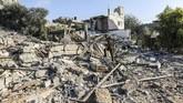 Puing-puing yang lokasi yang dihantam serangan udara Israel di Jalur Gaza, Kamis (9/8). (AFP PHOTO/MAHMUD HAMS)