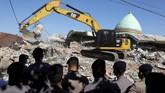 Diduga banyak yang tertimbun di dalam Masjid karena ada suara-suara lirih dan batuk di balik reruntuhan. (REUTERS/Beawiharta)