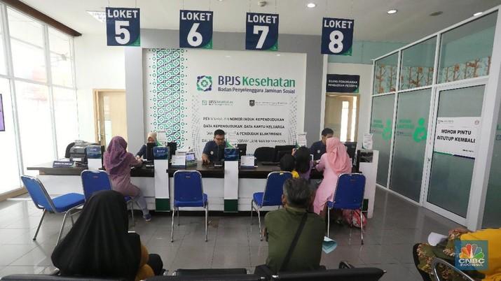 Warga mengantre di kantor cabang BPJS Kesehatan di Pasar Minggu, Jakarta Selatan, Kamis (9/8/2018). Pemerintah akan menyelamatkan BPJS Kesehatan dari defisit, termasuk opsi pengucuran dana alias bailout dari APBN sebesar Rp 5 triliun.