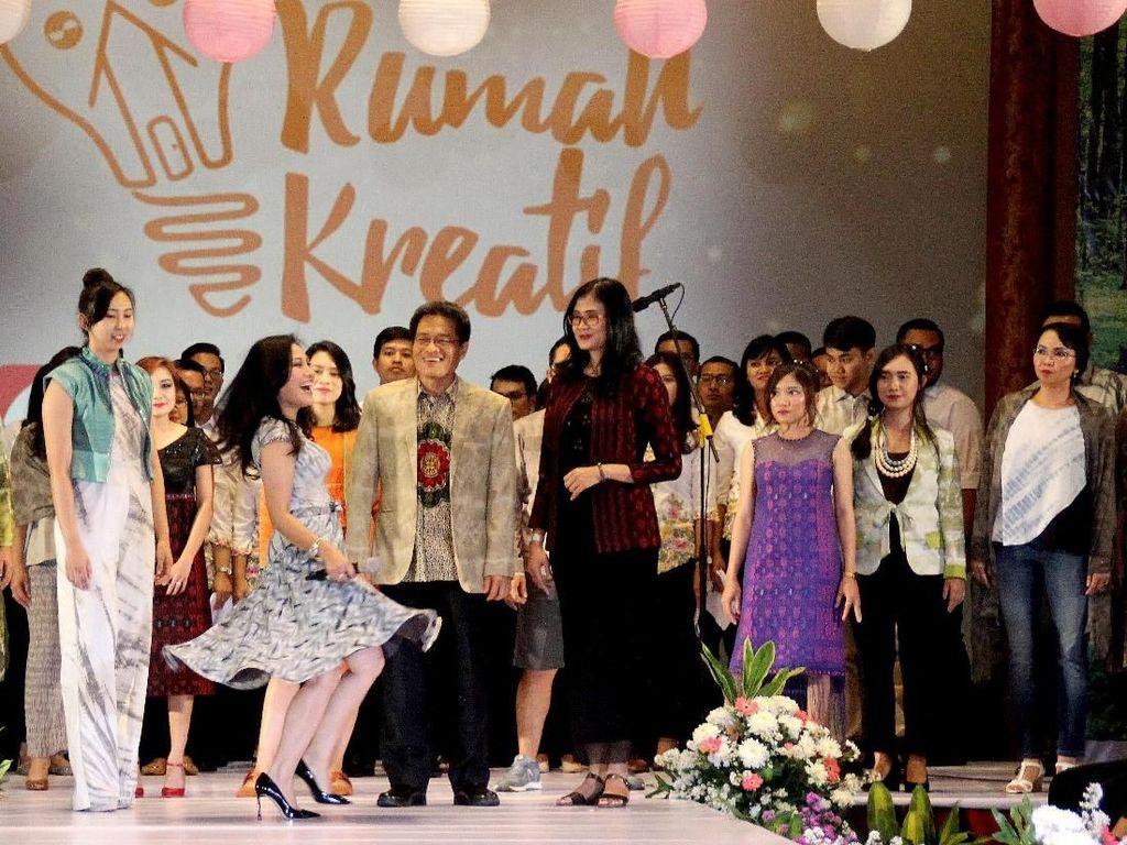 Direktur PT Asuransi Sinar Mas Dumasi M. Samosir didampingi Direktur Aryanto Alimin berama para peraga busana dalam event Agency Gathering di Jakarta, Rabu (8/8/2018). Foto: dok. Asuransi Simas