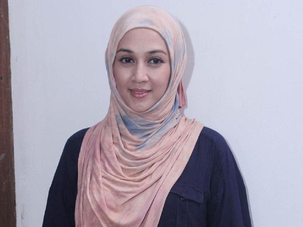 Transformasi Gaya Hijab Dina Lorenza yang Resmi Bercerai Lagi