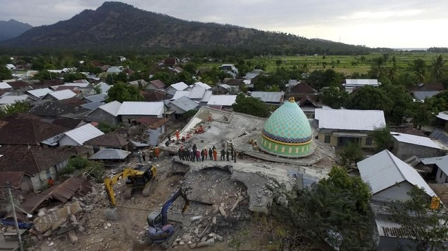 Foto aerial pencarian korban di bawah reruntuhan Masjid Jamiul Jamaah yang rusak akibat gempa bumi di Bangsal, Lombok Utara, NTB, Rabu (8/8). (ANTARA FOTO/Zabur Karuru)
